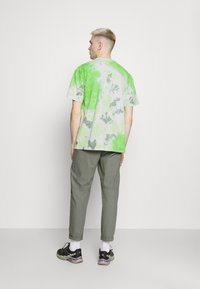 Nike Sportswear - TEE  - T-shirt med print - mean green/barely green - 2