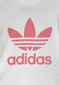 adidas Originals - TREFOIL UNISEX - Camiseta estampada - white/hazy rose - 2
