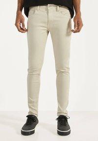 Bershka - Jeans Skinny Fit - beige - 0