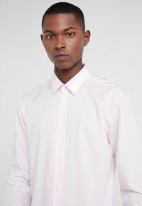 HUGO - ELISHA - Zakelijk overhemd - rosa - 4