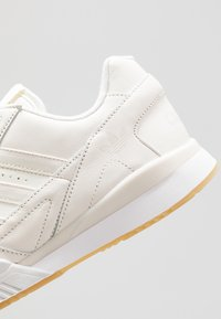 adidas Originals - A.R. TRAINER - Trainers - chalk white/footwear white - 5