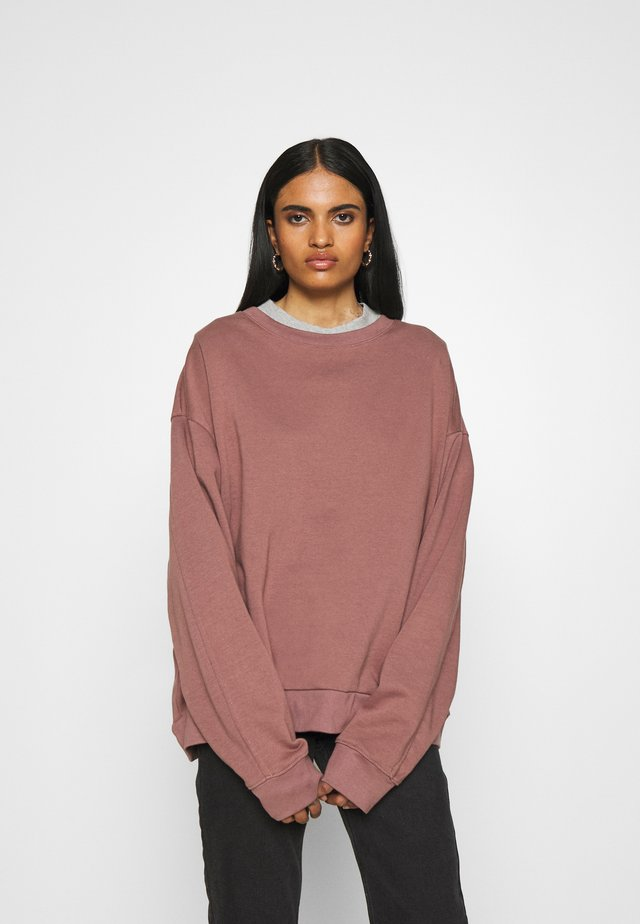 HUGE CROPPED - Sweatshirt - brown/purple