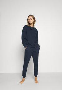 Tommy Hilfiger - FLAG CORE TRACK PANT - Pyjama bottoms - navy blazer - 1