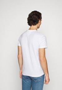 Tommy Jeans - METALLIC GRAPHIC TEE - T-shirt z nadrukiem - white - 2