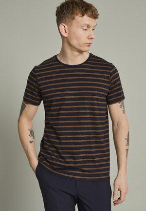 MAJERMANE - T-shirt print - buckthorn yellow