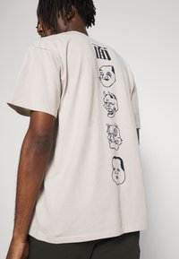 Edwin - HOKUSAI NOH MASKS UNISEX - Print T-shirt - silver cloud - 3