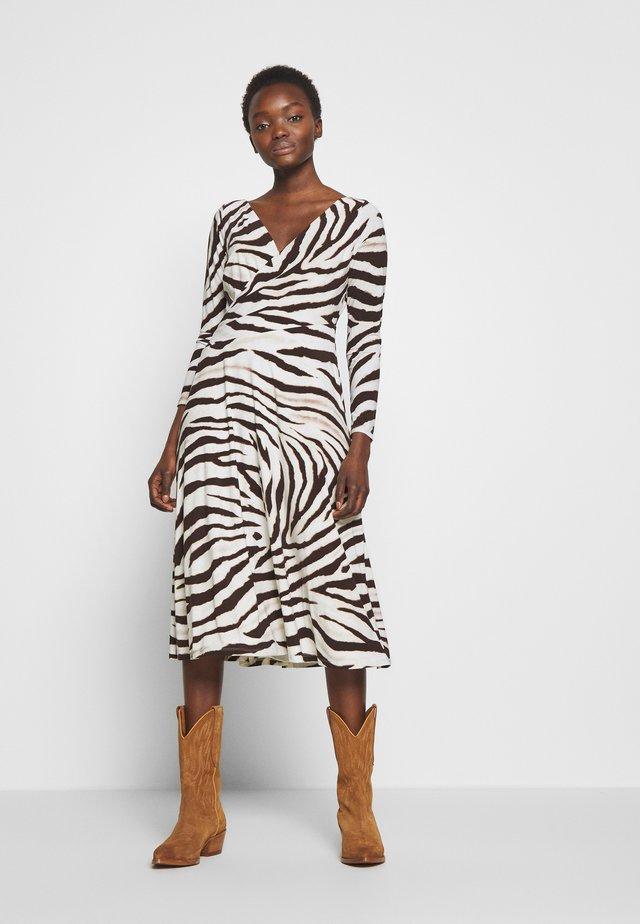 PRINTED MATTE DRESS - Žerzejové šaty - cream/brown/multi