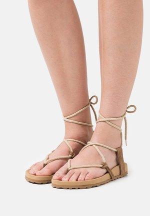 BELA - Sandaalit nilkkaremmillä - taupe