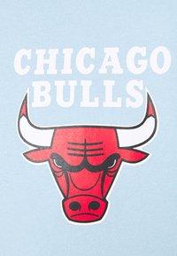 Mitchell & Ness - NBA CHICAGO BULLS WARM UP PASTEL CREW - Squadra - sky blue - 5