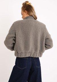Pimkie - AUS SCHAFFELLIMITAT - Fleece jacket - grau - 2