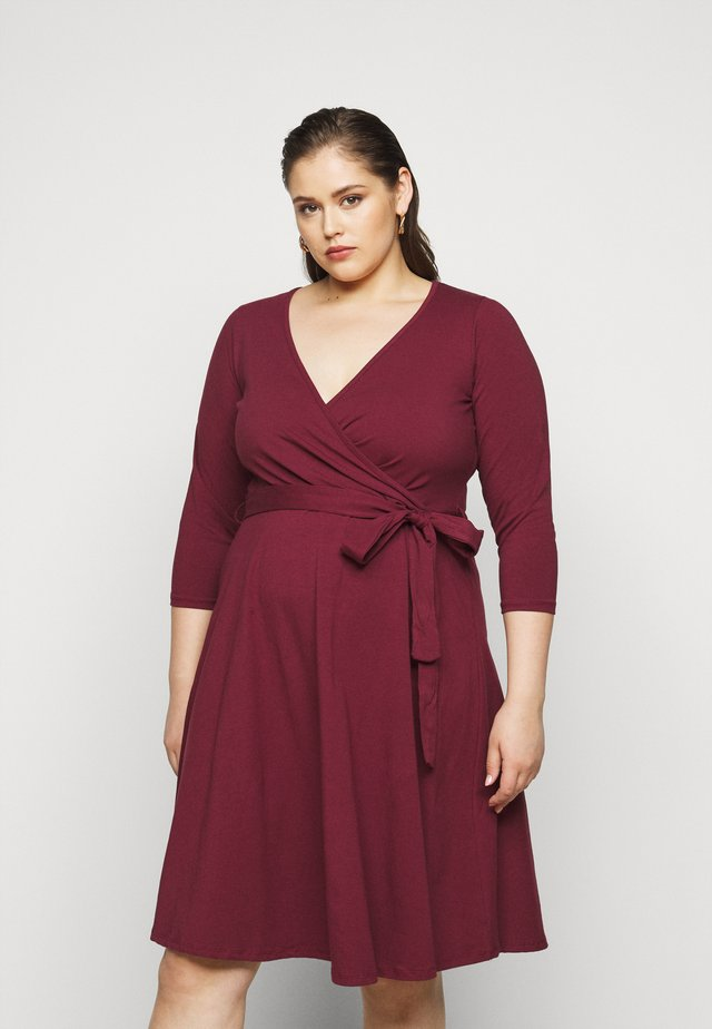 WRAP DRESS - Freizeitkleid - berry