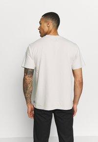 Afends - UNISEX SUBSTAINBILITY PROGRAMM TEE - T-shirt z nadrukiem - moonbeam - 2