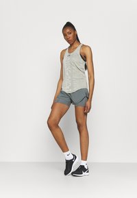 Nike Performance - TEMPO LUXE SHORT - Korte broeken - smoke grey - 1