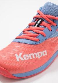 Kempa - WING 2.0 JUNIOR UNISEX - Håndboldsko - coral/lilac/grey - 2