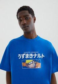 PULL&BEAR - NARUTO - Print T-shirt - light blue - 3