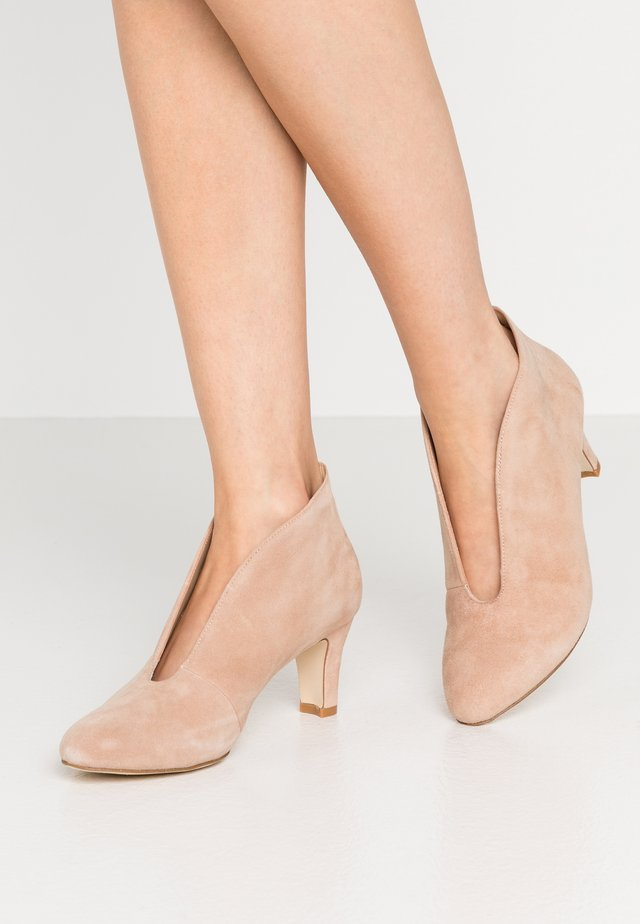 LEATHER ANKLE BOOTS - Boots à talons - beige