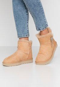 UGG - MINI BAILEY STAR - Boots à talons - bronzer - 0