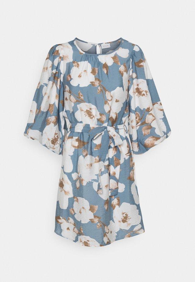 VISARON BELT DRESS  - Denní šaty - blue bell