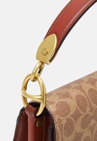 Coach - SIGNATURE CARRIAGE BEAT SHOULDER BAG - Handbag - tan/brown/rust - 4
