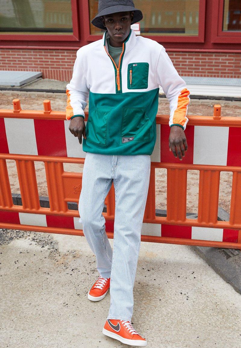 Nike Sportswear - BLAZER MID '77 INFINITE - Sneakers hoog - team orange/baroque brown/arctic pink