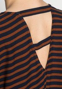 TOM TAILOR DENIM - V NECK  - Print T-shirt - blue brown stripe - 4