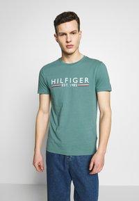 Tommy Hilfiger - TEE - T-shirt med print - green - 0