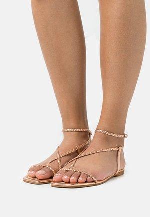 Sandály s odděleným palcem - rosegold
