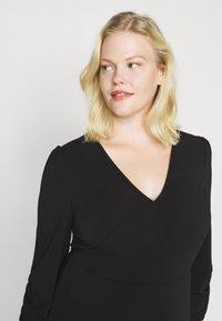 Vero Moda Curve - VMALBERTA VNECK DRESS - Vestido ligero - black - 4