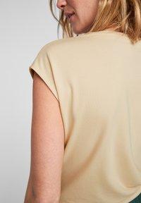 s.Oliver BLACK LABEL - Print T-shirt - light yellow placed print - 5