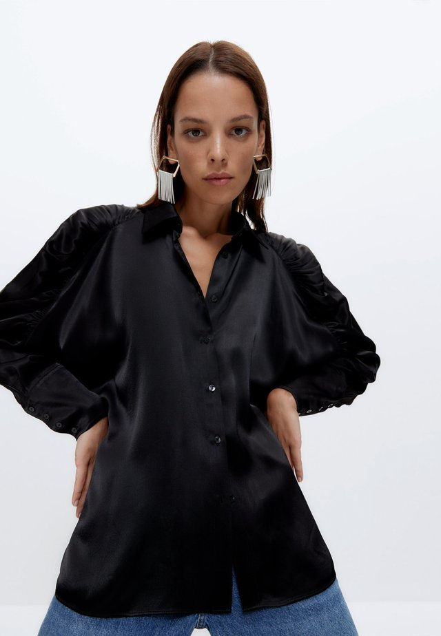 MIT GERAFFTEN ÄRMELN - Button-down blouse - black