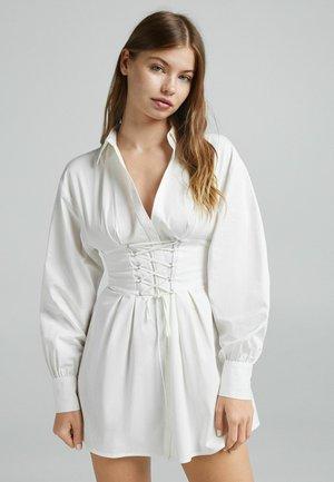 MIT SCHNÜRUNG - Košilové šaty - white