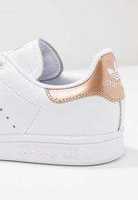 adidas Originals - STAN SMITH - Sneakers basse - footwear white/rose gold metallic