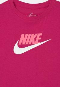 Nike Sportswear - CROP FUTURA - Camiseta estampada - fireberry - 2