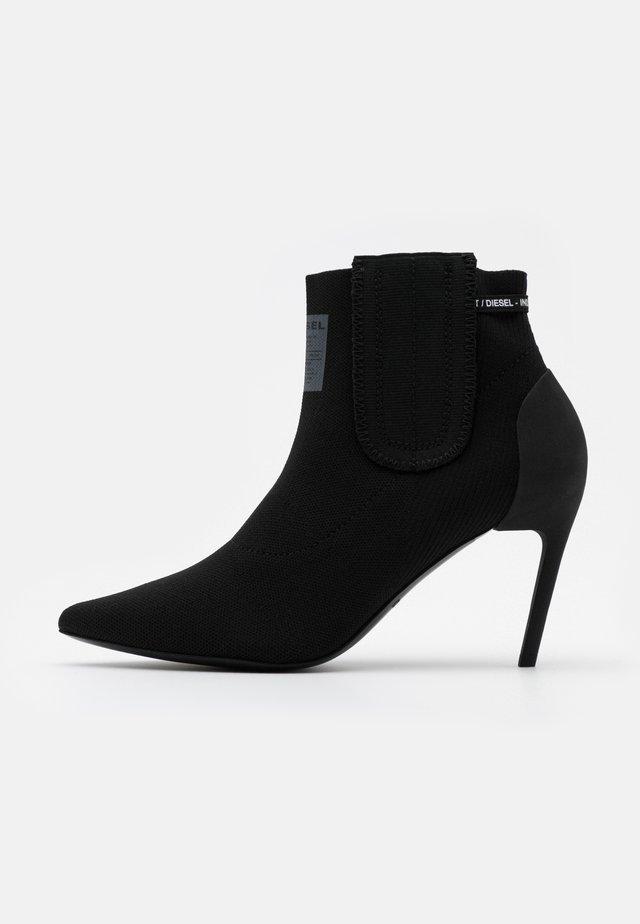 SLANTY D-SLANTY MASM BOOTS - Botki na obcasie - black