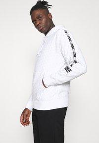 Nike Sportswear - REPEAT HOOD - Sweatshirt - white/black - 4