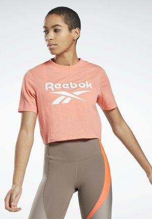 REEBOK IDENTITY CROPPED T-SHIRT - T-shirt z nadrukiem - red