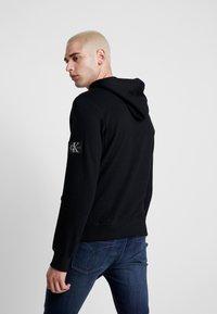 Calvin Klein Jeans - MONOGRAM SLEEVE BADGE HOODIE - Sweat à capuche - black - 2