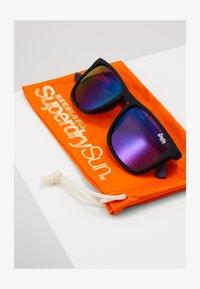 Superdry - ALUMNI - Sluneční brýle - rubberised black/triple fade mirror - 2