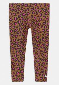 Nike Sportswear - LEOPARD HEART SET - Leggings - Trousers - chutney - 2