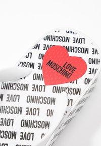 Love Moschino - Sandály s odděleným palcem - bianco - 6
