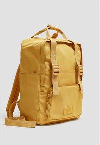 PULL&BEAR - BUNTER RUCKSACK 14123540 - Reppu - mustard yellow - 4