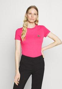 Guess - MINI TRIANGLE - Basic T-shirt - girly pink - 0