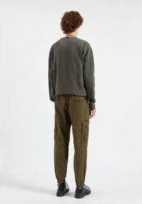 PULL&BEAR - Cargo trousers - dark green - 3