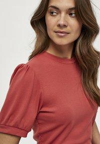 Minus - JOHANNA  - T-shirt basic - berry red - 3