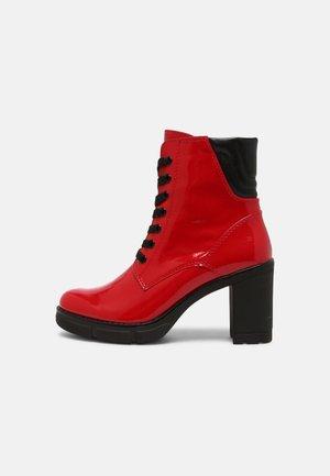 Kotníkové boty na platformě - red