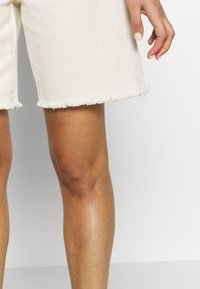 Missguided - FRAYED LONG LINE - Denim shorts - sand - 3