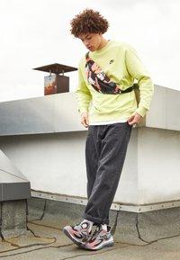 Nike Sportswear - AIR MAX ZEPHYR - Sneakers basse - smoke grey/siren red/black/photon dust - 1