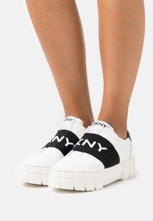PRIA LOGO BAND  - Slip-ons - white/black