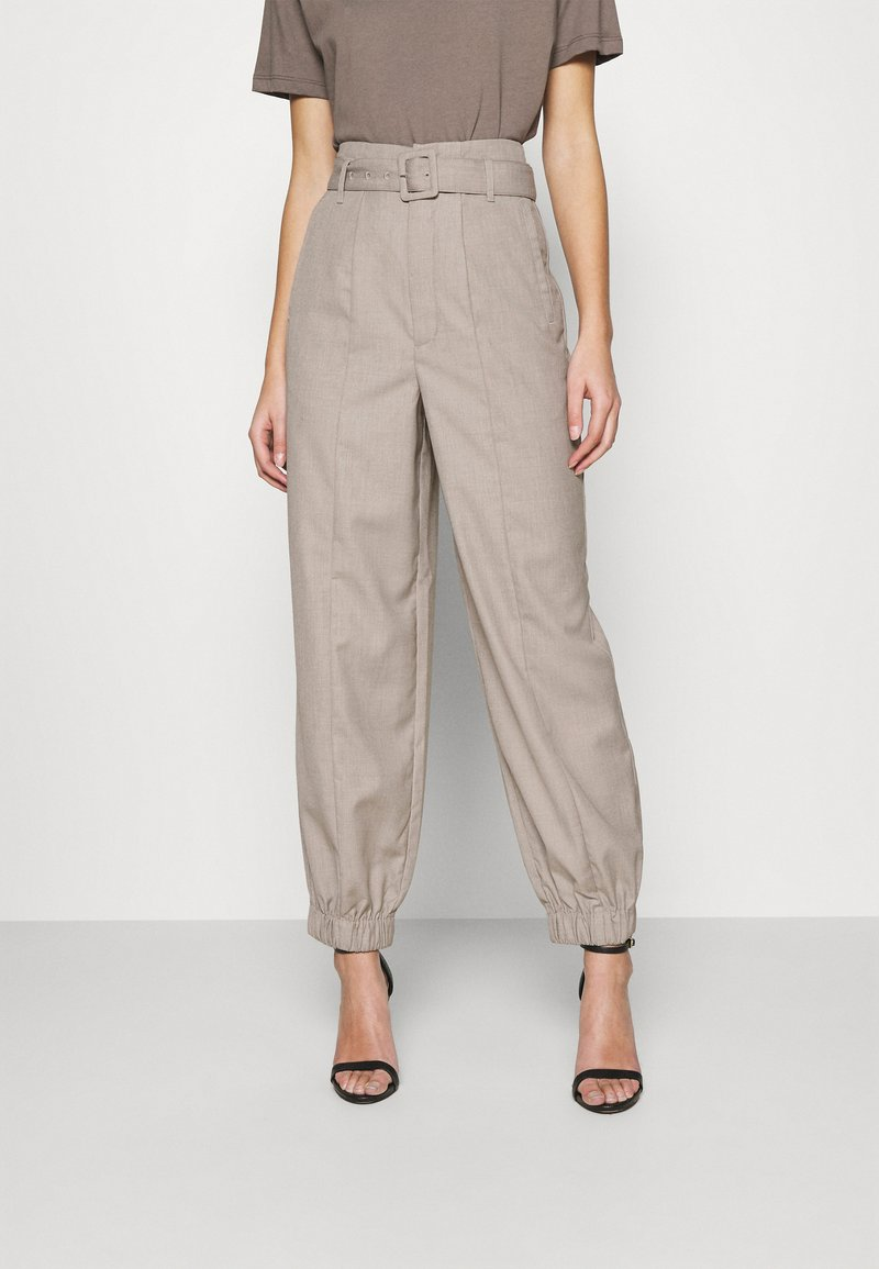 Gestuz - VIRA PANTS - Trousers - walnut
