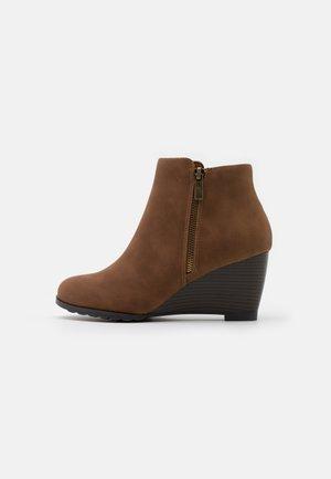 ASTONISHING - Boots à talons - tan